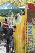 戴维斯农贸市场以美食 农产品和音乐吸引数百人